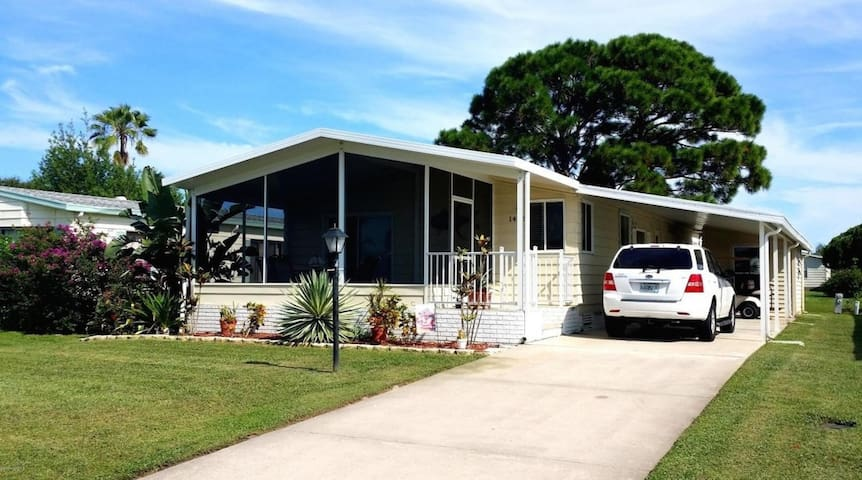 Roomy and bright house on canal in Barefoot Bay FL - Sebastian