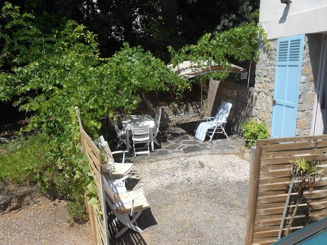 studio en bas de villa devant plage de Cavalière