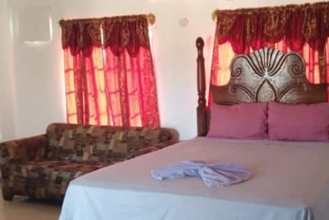 VIVIENNE'S ROOMS #A5 FAMILY ROOM AC+TV, Negril rd