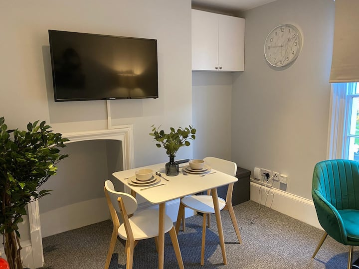 ★Self Contained Luxe 1 Bed Basement Apt Cowley★