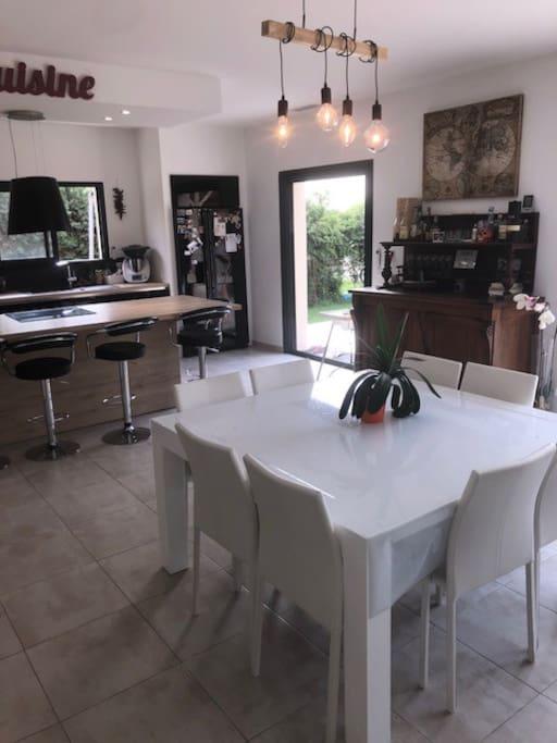 cuisine ouverte sur le séjour et salle à manger.