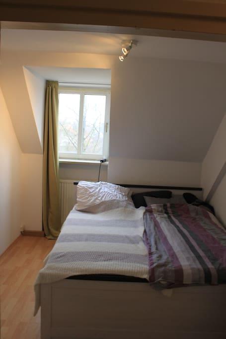 Spacious double bed for 2 people / Großzügiges Doppelbett für 2 Personen