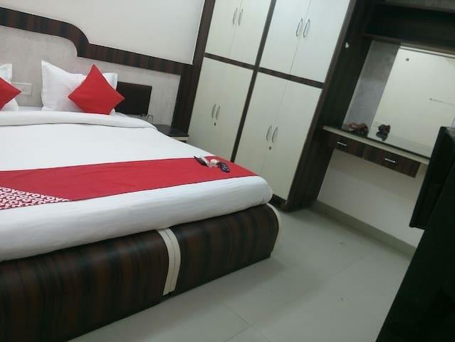 HELLO HOMZ luxury Studio (15 mins to Saifee Nagar)