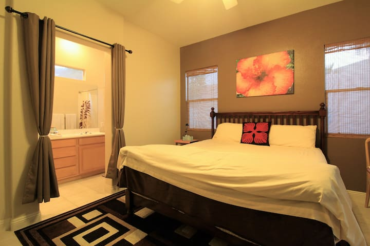 Master Suite near Vegas airport, shops, & eateries