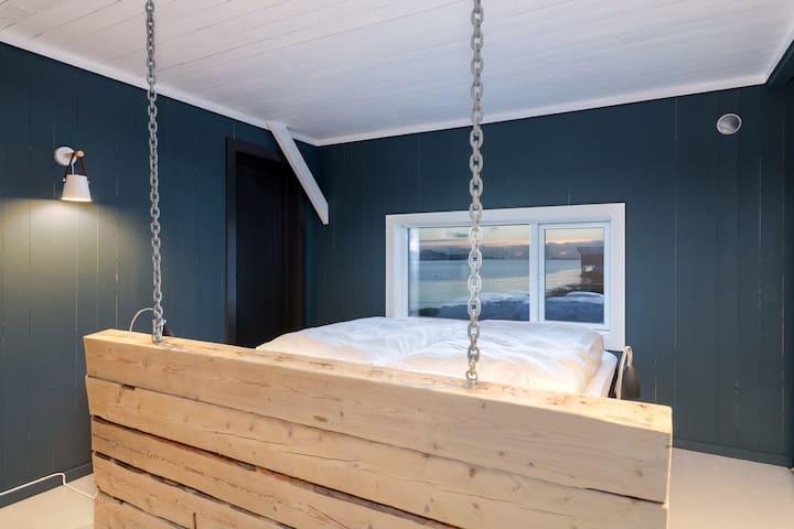 Master bedroom 1 floor with door connected  to bathroom. Nice bed 200 cm x 180 cm