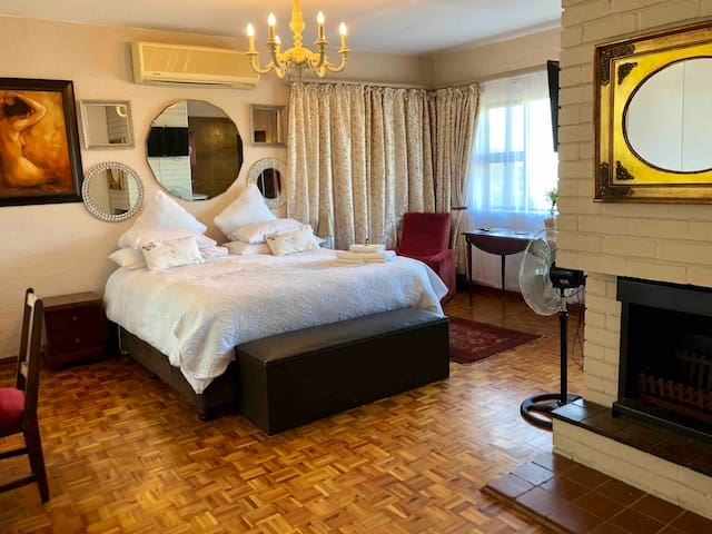 SPECIAL RATE!  30% DISCOUNT FOR 1 GUEST Spacious and open flow. Have a stunning rest in the luxuriously soft king-size bed with 500 thread linen. Choose from a full bouquet of DSTV cable TV, with own control!