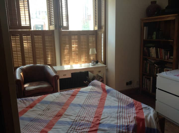 Herne Hill  (Zone 2) Bright room near station