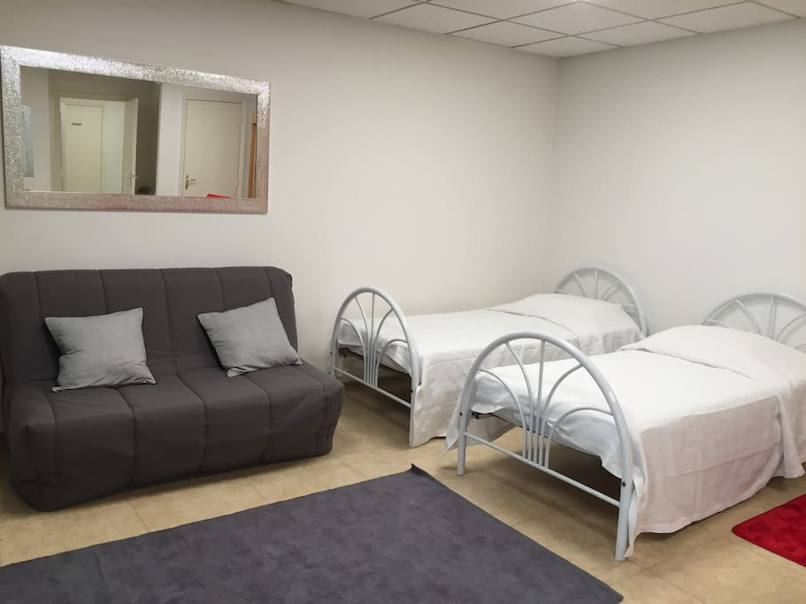 2 lits simples et 1 canapé-lit