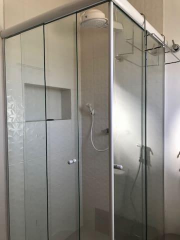 Banheiro com Box de Vidro, Nicho para Shampoo, Condicionador e Sabonete, e Ducha a energia Solar