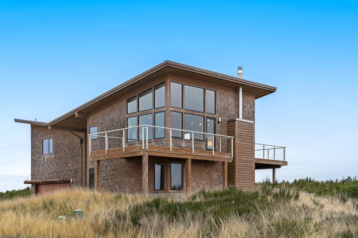 Custom ocean view home w/ two decks - just steps to Cohasset Beach!