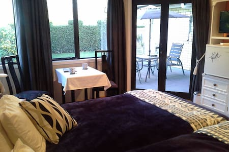 Gorgeous guest room with peaceful outlook - Waitara