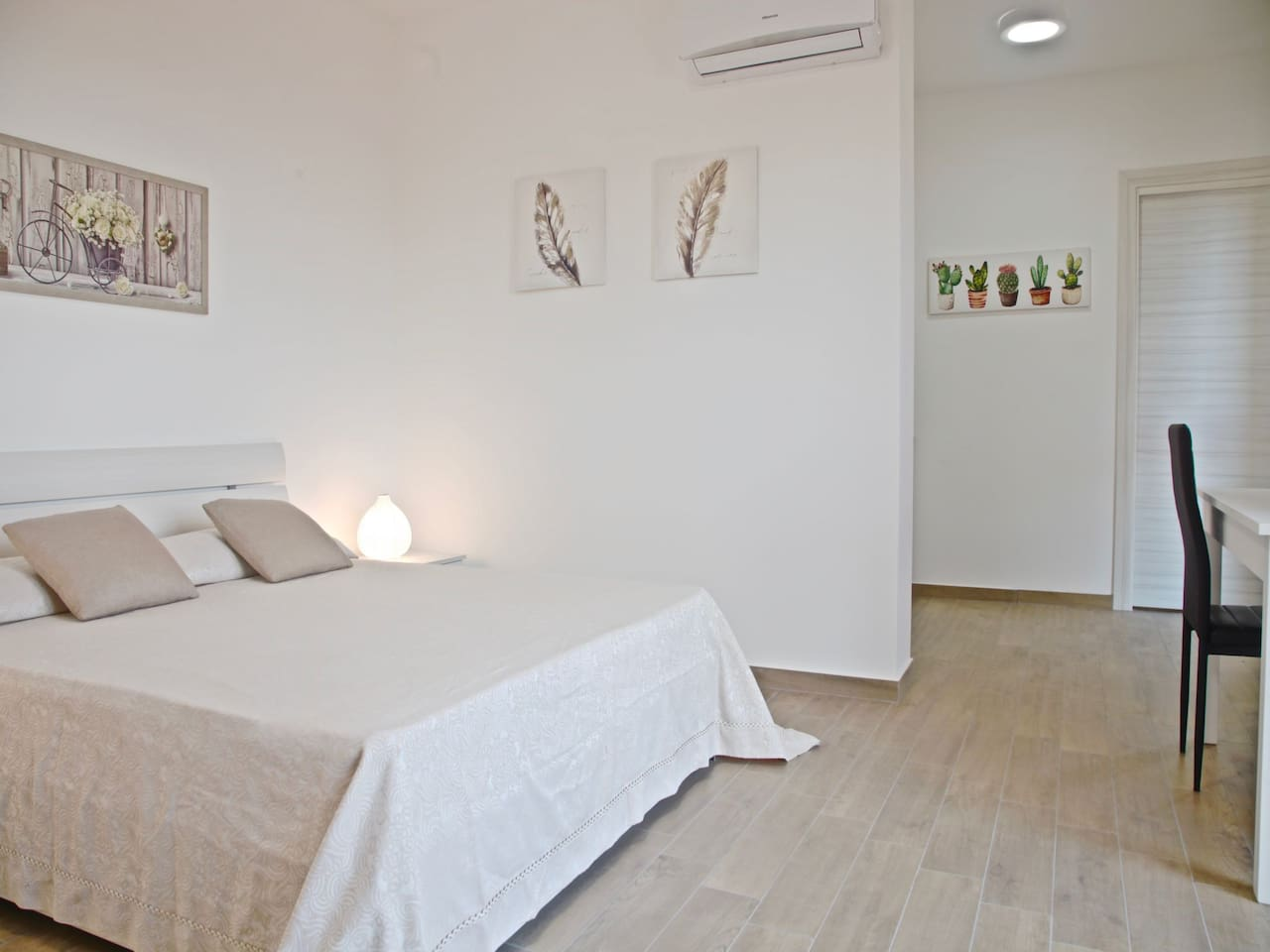 Bedroom : king size bed, interior details, large wardrobe, air conditioner, work space. Camera da letto : letto matrimoniale,  dettagli interni, ampia guardaroba, aria condizionata (A/C), scrivania.