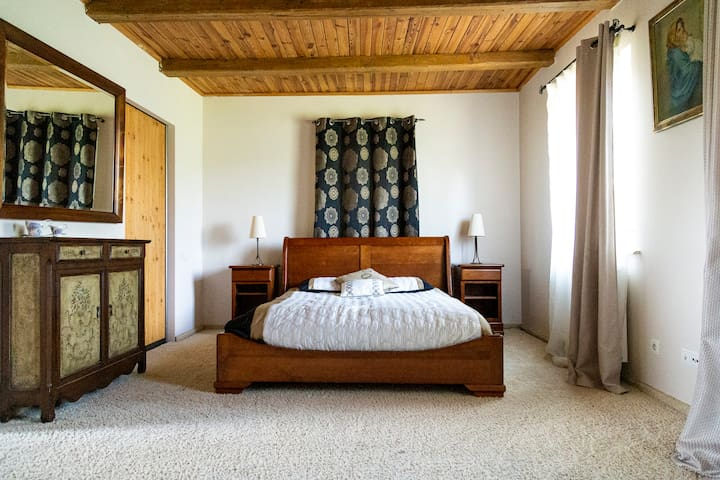 Główna sypialnia oferuje m.in. duże podwójne łóżko. Możliwość dostawienia łóżka jednoosobowego.