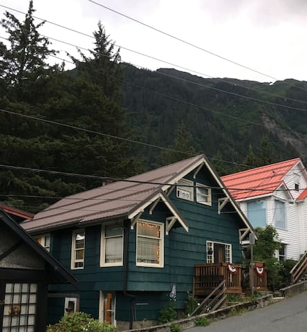 Cozy, quiet apartment close to hiking and town