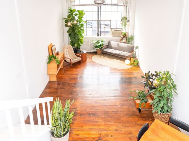 Green and Gold Studio Loft *Daytime Only*