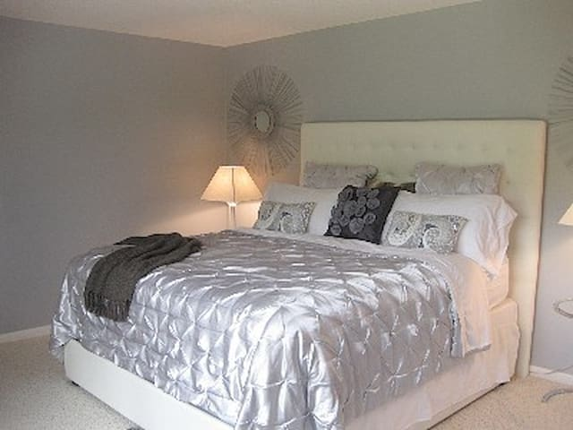 master suite w/king size bed; luxurious linens