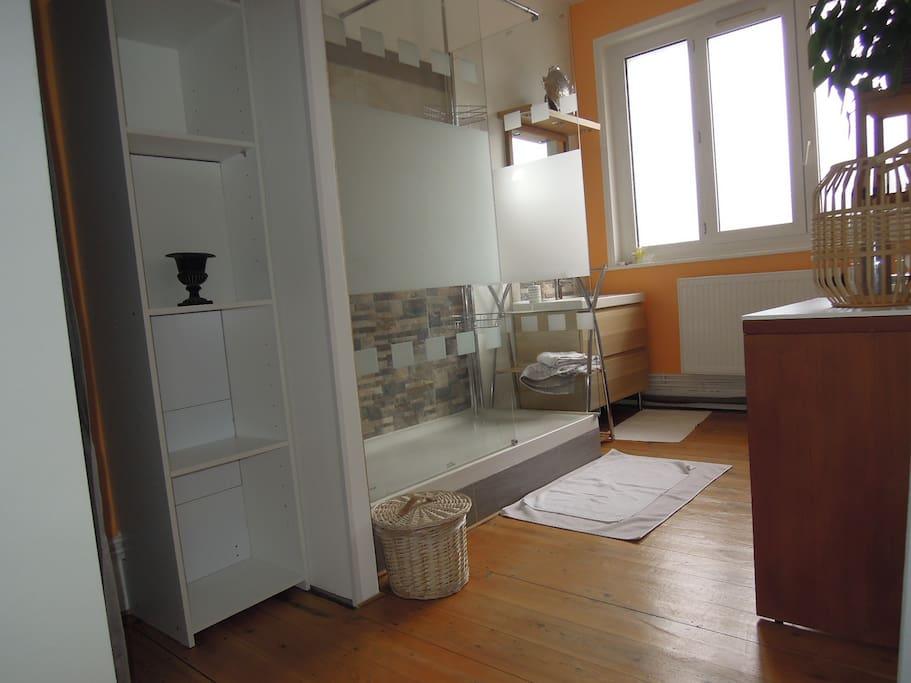 salle de douches avec coin dressing et WC