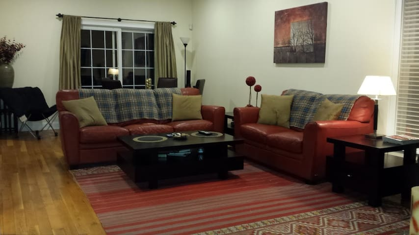 Private room in Stamford - walk to Metro North!
