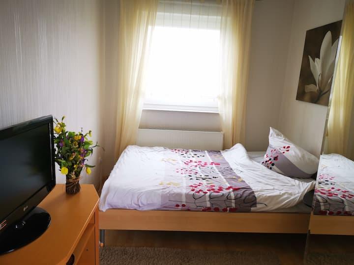 Zimmer mit Balkon direkt an ÖVM, nah am A7 KS-Nord
