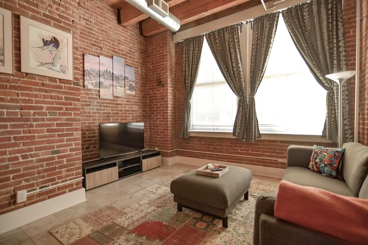 Walkable Downtown KCMO Loft!