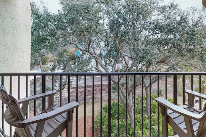 Oceanfront condo by the beach w/ shared pool, hot tub, tennis courts, free WiFi
