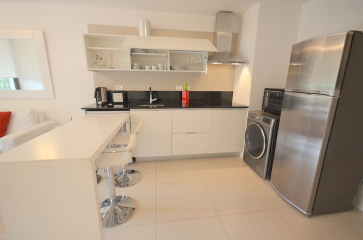 4 seat eating area, toaster & coffee maker