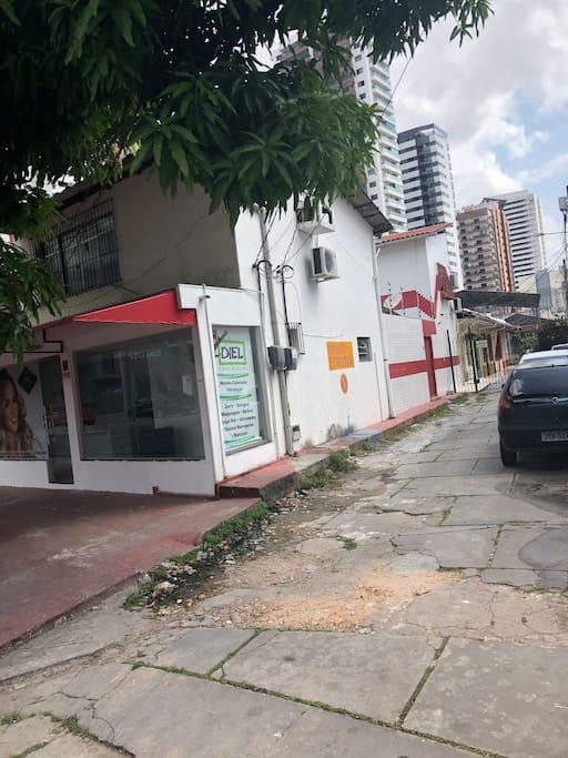 O local fica localizado na 14 de Março 993 fundos, entrada pela  da viela Moreira 999 , casa branca e vermelha