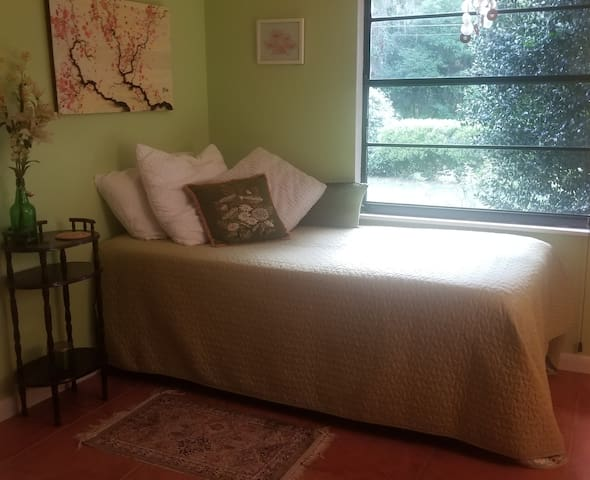 Hassle free private room GNV, FL shared home.