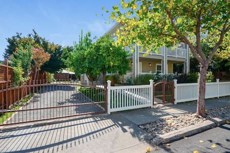 Downtown Napa Gem - perfect for TWO!