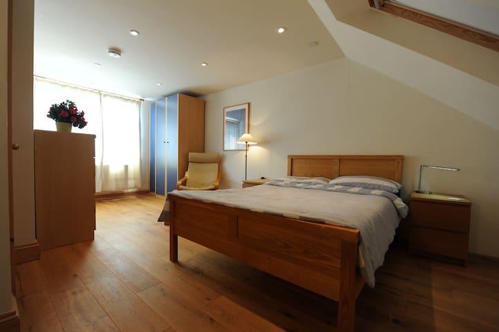 Bright quiet attic room, private bathroom, parking
