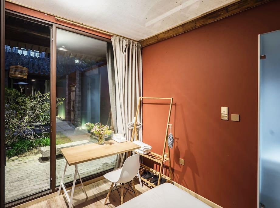 有落地窗面对庭院,门前有棵海棠,所以叫做有棠