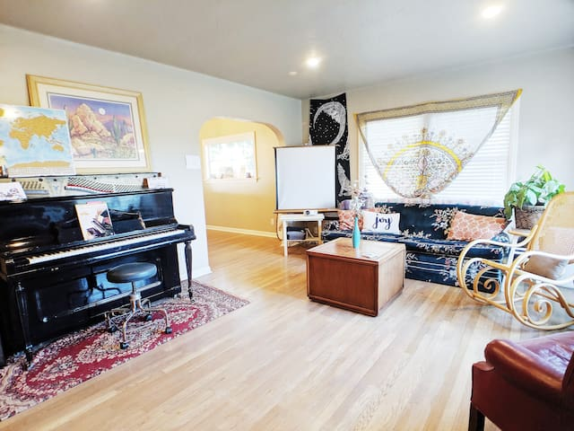 The Cozy Creative Loft  in the Heart of Downtown!