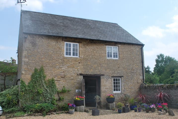Historic House, Beautiful Setting - Peterborough  - Hus