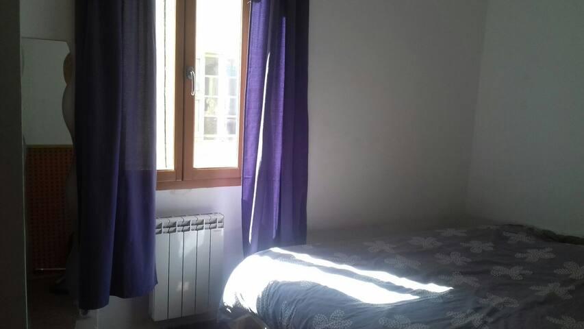 Le lit double ensoleillé au petit matin