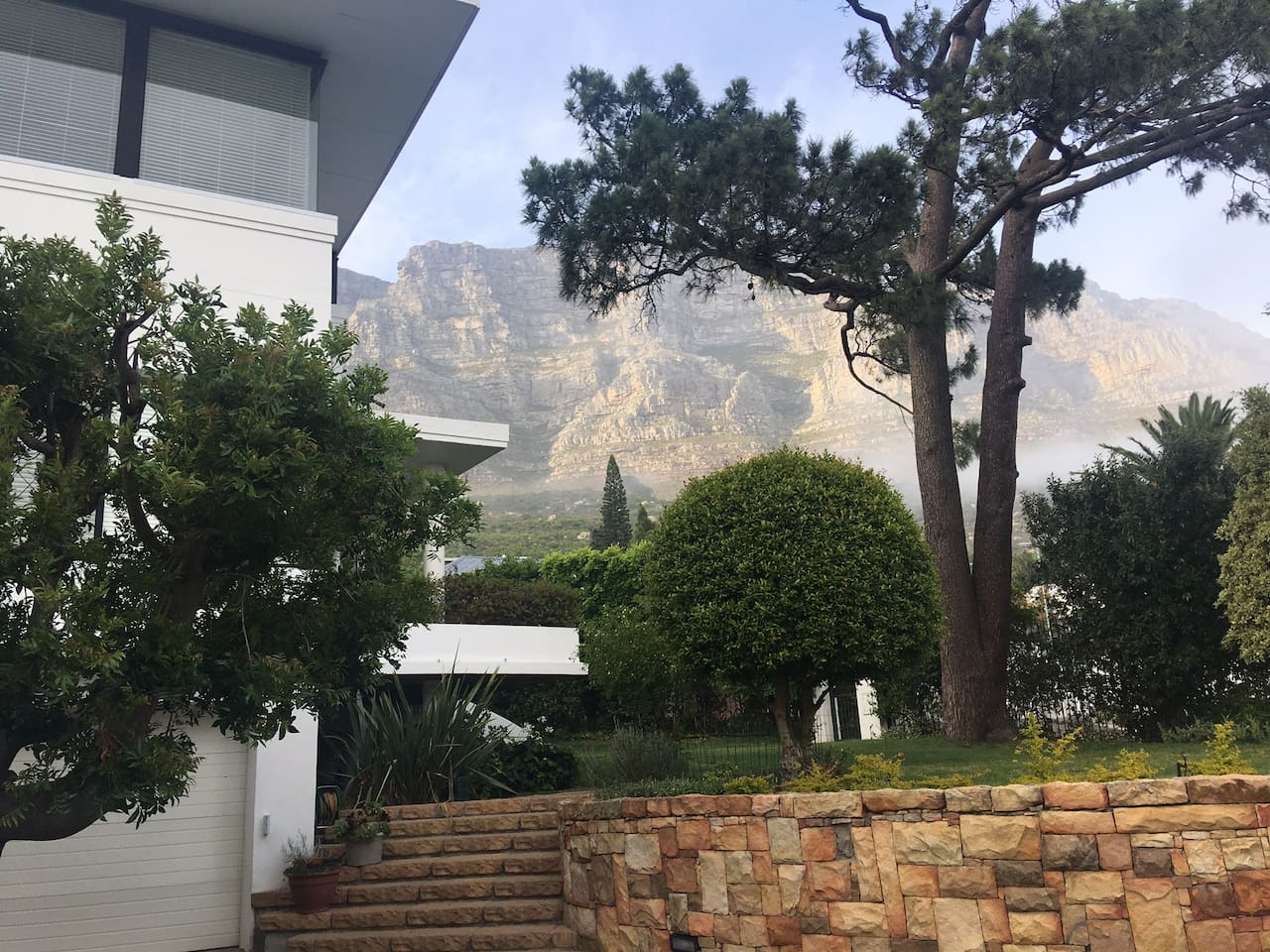 Situated at the foot of Table Mountain with easy access to walking routes and the city.