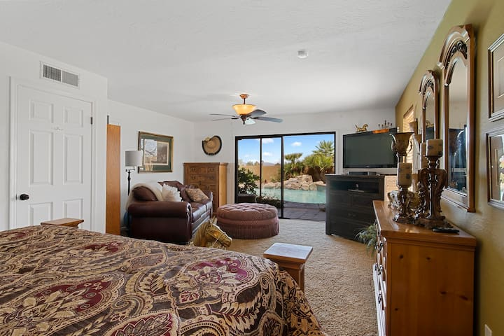 BEAUTIFUL WATERFALL & P0OL FROM  KING SIZE TEM-PEDIC BED, W/ BEAUTIFUL BEDDING & LINENS.  COMFORTABLE LEATHER SOFA W/ LARGE OTTOMAN, TV.  LARGE CLOSET,  NICE FURNITURE W/ LOTS OF DRAWERS.  SEPARATE ENTRANCE TO  TILED PATIO & POOL.  Bedroom 3