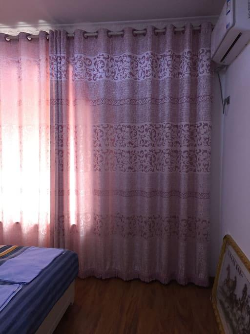 窗帘是厚的遮光窗帘,但是白天手机拍照光线问题,把窗户那边照的偏亮