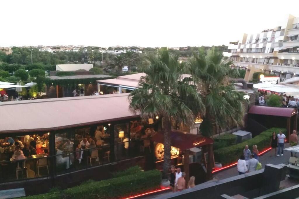 Restaurants et commerces au pied de l'immeuble.