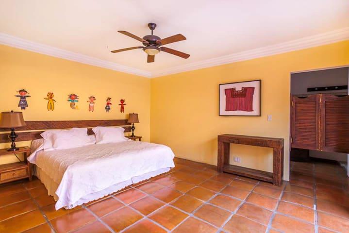 La habitación puede ir en king o en 2 individuales. Se puede agregar una cama individual. Planta Baja