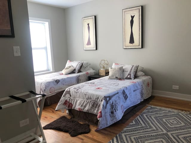 Super cute apt near (2beds) Boystown/Wrigley field