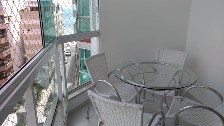 Amplo apartamento com 3 suítes a 50m do mar.