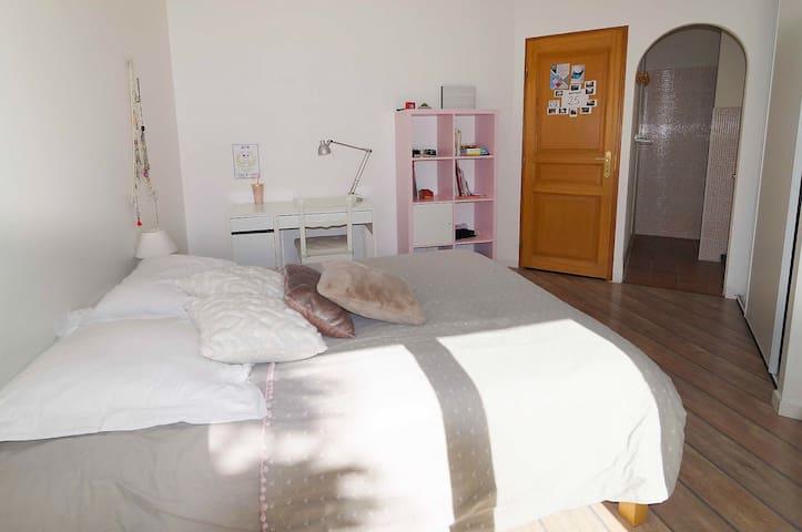 Chambre n°2 (Vue sur la salle de bain)