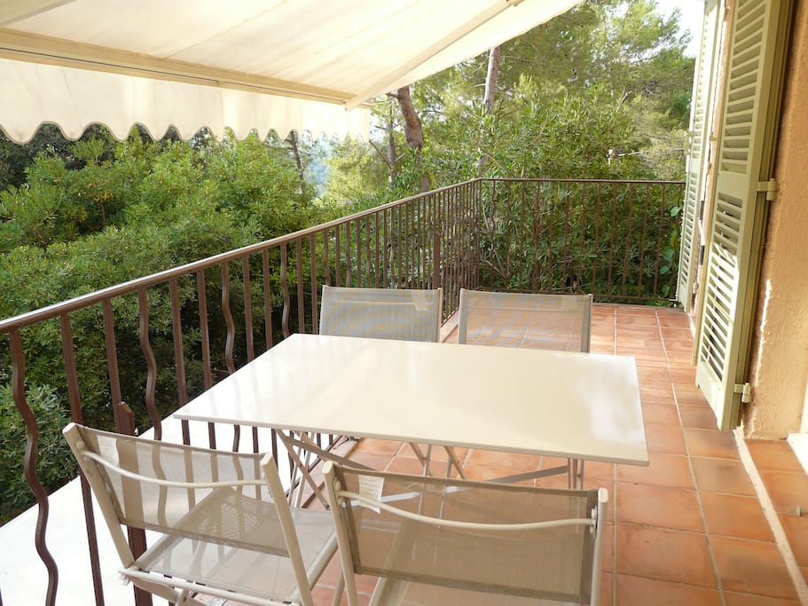 La terrasse permettant de prendre les repas à 4 personnes