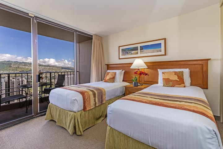 Mountain View Condo Close to Beaches, Awesome Amenities, Kitchen & Parking! - Waikiki Sunset Mountain 1 BDR on the 30th Floor
