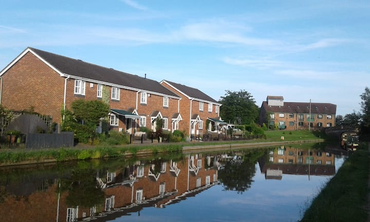 Fronting Shropshire Union canal