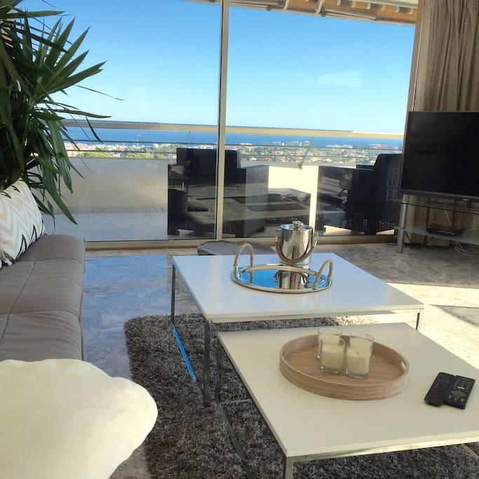 Séjour de 35m2, donnant sur la mer et sur la montagne 35m2 livingroom, View on the sea and the Esterel mountains