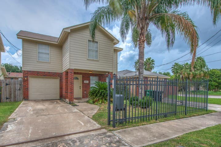 Gated Home within 3 minutes to Downtown Houston! - Houston - House
