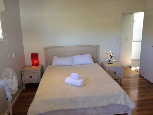 LUXURIOUS BEDROOM W ENSUITE, 2 MIN WALK TO BEACH! - South Golden Beach - Hus