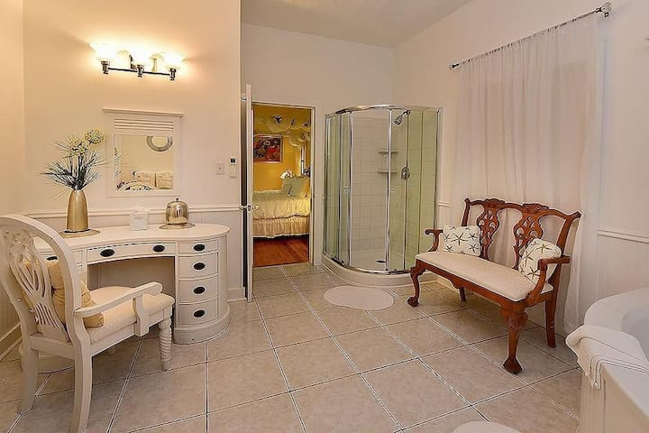 Get ready for your day in the lovely bathroom with a Jacuzzi tub and separate shower!