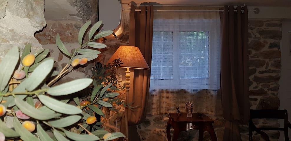 Πέτρινο φωτεινό  δωμάτιο 70 μ. από τη θάλασσα